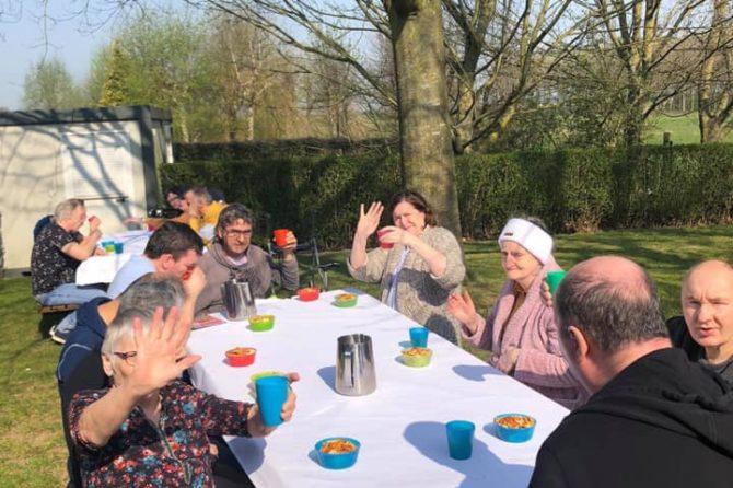 A la résidence CIGALOU de Rouveroy on profite du beau temps pour prendre les repas dehors, se détendre et se divertir.